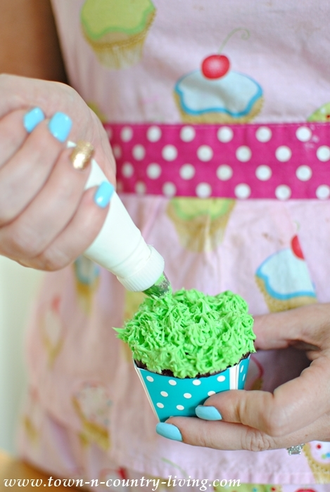"Creating ""grass"" on a cupcake with a multi-holed cake decorating tip"