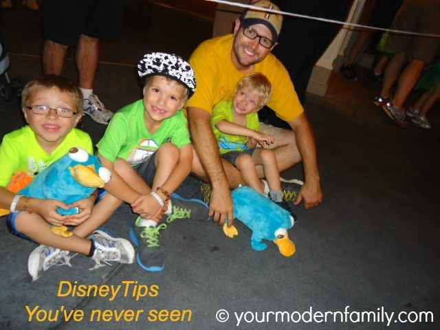 Disney tip - put your kids in bright-colored clothing 3